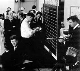 رابرت درو (سمت راست) سر صحنهی مبارزهی مقدماتی